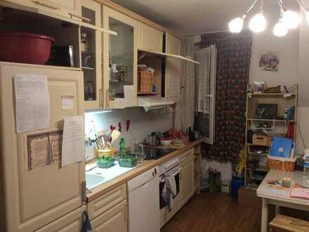 Nachmieter gesucht für 4-Zimmer-Dachgeschosswohnung mit Einbauküche in Duisburg