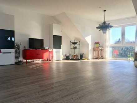 Exklusive moderne helle 2 ZKB Wohnung mit Blick ins Grüne, Loggia, Kellerraum und Stellplatz.