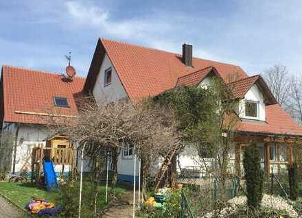 Nahe Günzburg: Stattliches Haus mit viel Wohnraum, Büro und Werkstatt.
