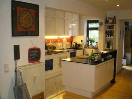 Sehr große Fünf-Zimmer-Einheit mit Terrasse, eigenem Garten, Küche, Kamin und drei Eingängen