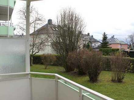schöner Balkon mit Blick ins Grüne und Dusche im Bad
