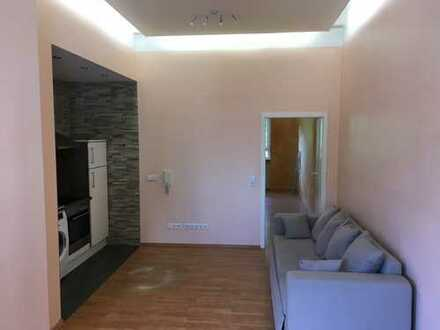 Stilvolle, geräumige und gepflegte 1,5-Zimmer-Hochparterre-Wohnung mit Balkon und EBK in Frankfurt