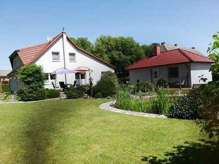 + Maklerhaus Stegemann + sehr gepflegtes Einfamilienhaus mit ELW und Gästehaus in Dorfrandlage