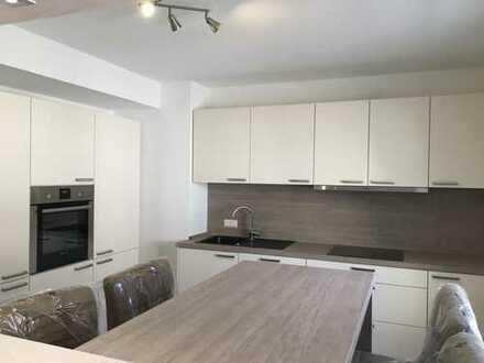 Sehr hochwertig renovierte Wohnung incl.EBK,Balkon,Aufzug,2 neue Bäder