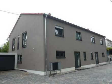 + NEUBAU! Moderne und helle Doppelhaushälfte mit Garten & Garage in ruhiger Ortsrandlage! +