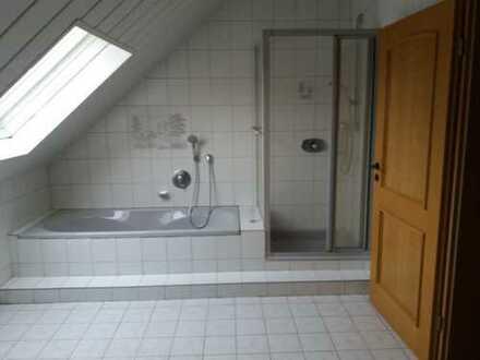 Gepflegte 2,5-Zimmer plus Küche, Bad DG-Wohnung mit Balkon und Einbauküche in Manching