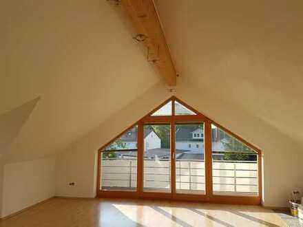 Sehr großzügige, Licht durchflutete, Exklusive 3 Zi. Dachgeschoß-Wohnung, Teilmöbliert.