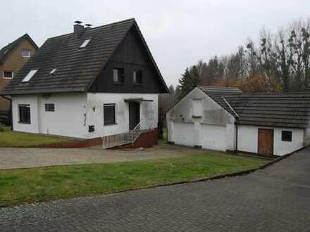 Freistehendes Einfamilienhaus mit großzügiger Doppelgarage in ruhiger Wohnlage