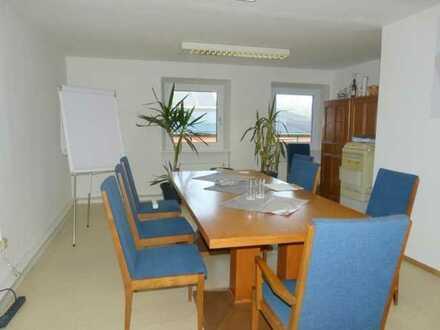 Rohrhof: Lager-/Bürotrakt: 6 helle Räume mit Mobiliar, WC/Dusche+Parkplatzfläche!