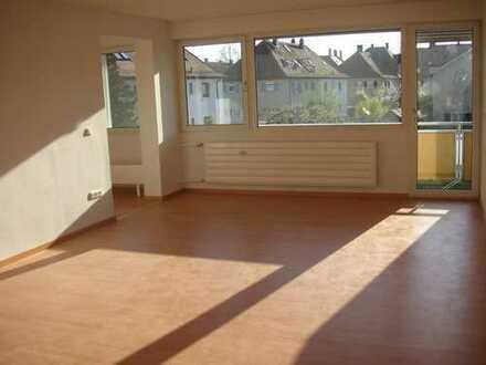 Lichtdurchflutete 2,5 Zimmer Wohnung in ER Zentrum