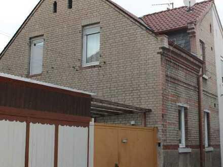 Doppelhaushälfte im alten Ortskern von Kostheim, mit Innenhof und Ausbaupotential
