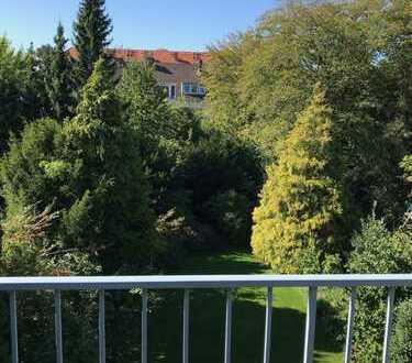 Urlaubsflair: Lichtdurchflutete 3-Zimmer-DGwohnung mit Balkon und EBK im Rodenkirchener Auenviertel