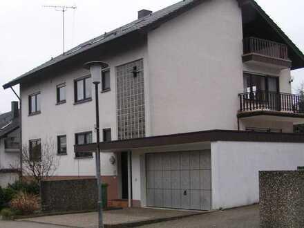 Gepflegte 4,5-Zimmer-Wohnung mit großem Balkon; Gartenanteil und Garagenstellplatz