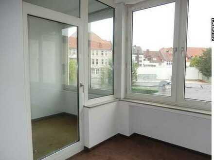 Im Zentrum mit Fahrstuhl und grossem Balkon