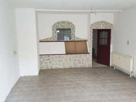 Kleine 35 m² Ladenfläche in Groitzsch, 2 Räume, WC, großes Schaufenster mit Rollladen