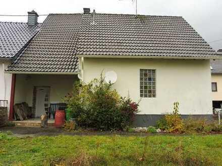 Einseitig angebautes Einfamilienhaus auch als Ferien- oder Wochenendhaus nutzbar mit Nebengebä
