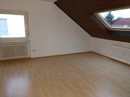 Schöne, helle Dachgeschosswohnung in ruhiger Seitenstrasse von Bergen Enkheim