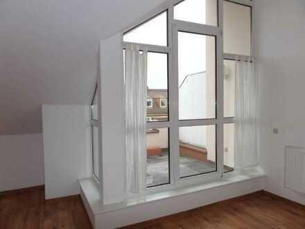 Charmante, neuwertige 3-Zimmer-Wohnung / DG mit Süd-Terrasse, EBK, zum Sofortbezug