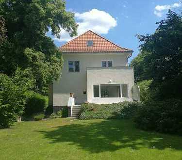 Exklusiv ausgestattete Villa mit großem Garten ,Terrasse, 2 Balkonen und Garage