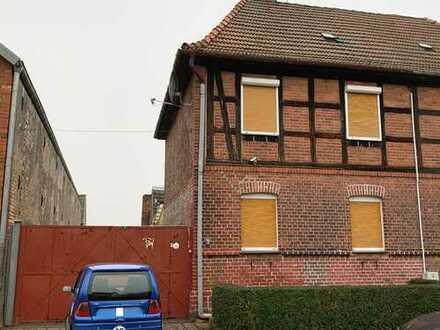 Doppelhaushälfte mit Garage und Stallgebäude