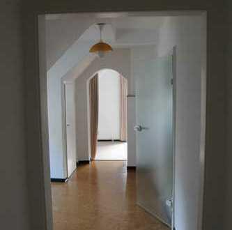 Günstige, vollständig renovierte 2,5-Zimmer-DG-Wohnung mit Balkon und Einbauküche in Hameln