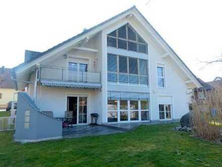 Großartig: helle, geräumige Doppelhaushälfte, 4 1/2 Zi, mit Balkon, Terrasse, Garten, Carports, etc.