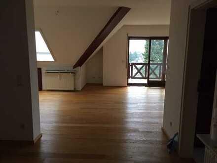 Exklusive, neuwertige 3-Zimmer-DG-Wohnung mit großem Balkon und EBK in Frankfurt