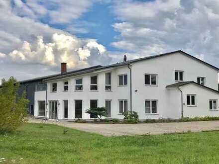 Miete mit Vorkaufsrecht 11.000m² Grundstück, 800m² Lagerhalle, 311m² Moderne Büro, 110m² Wohnung