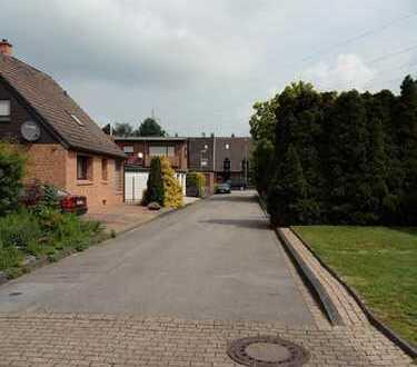 Freistehendes EFH bzw Zweifamilienhaus mit großem Grundstück, Sauna, 2 Garagen in einer Sackgasse.