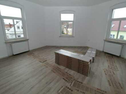 ERSTBEZUG nach Renovierung! 5- Zimmerwohnung +Bad mit Wanne & Dusche + Laminat & Fliesen !