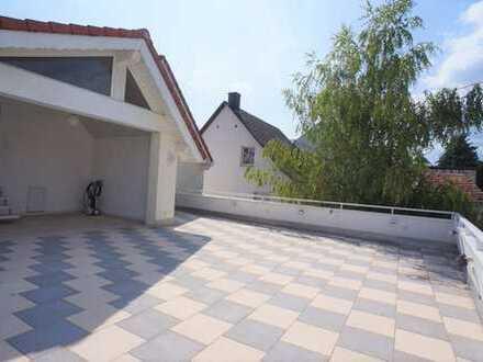 Ideal für die kleine Familie. Gut ausgestattetes Einfamilienhaus, große Dachterrasse, bezugsfertig.