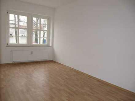 TOP 2-Zimmer-Whg. im 2. OG / Laminat + große Küche - WG-gerecht !