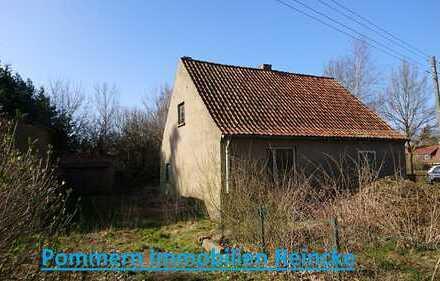 Ein kleines Haus auf schönem Grund, Nebengebäude und viel Arbeit wartet auf Sie !!!