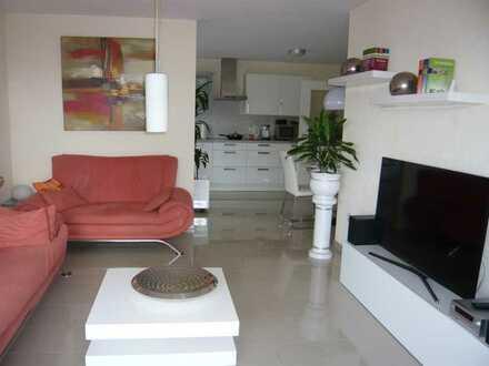 Neuwertige Wohnung mit drei Zimmern sowie Balkon und EBK in Tiefenthal