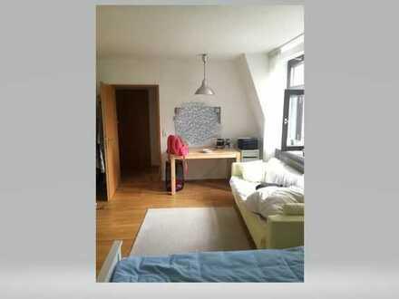 Gepflegte DG-Wohnung mit zwei Zimmern und EBK in Erlangen
