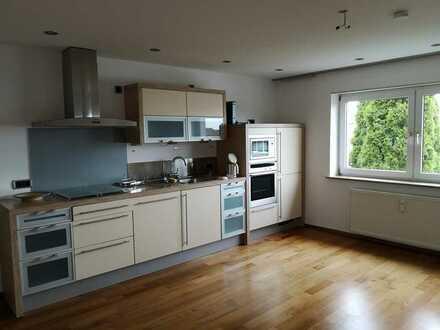 Gepflegte Wohnung mit sechs Zimmer, Balkon und Einbauküche in Kühbach