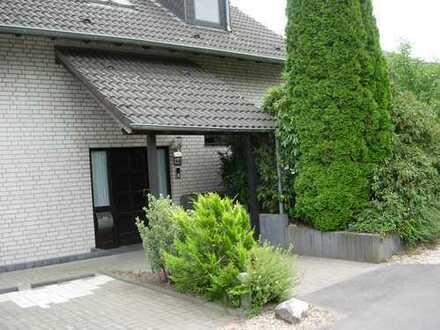 Helle 4-Zimmer-Wohnung mit Garten, Keller und Garage/3 Stellplätze und Küche