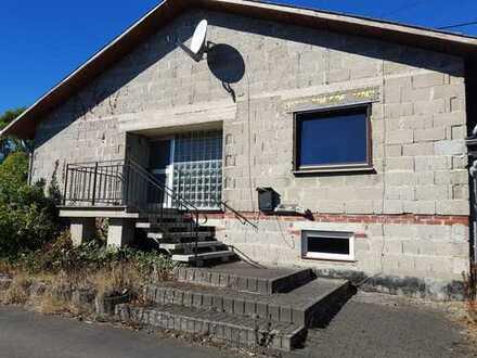 Einfamilienhaus mit großzügigem Grundstück und zwei Garagen