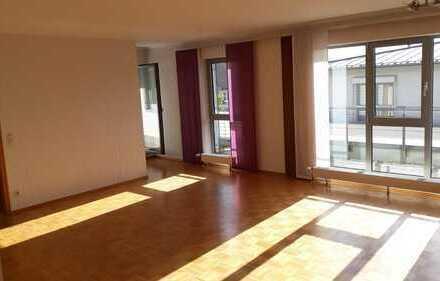 Schöne 3-Zimmer-Dachgeschosswohnung mit Balkon und Einbauküche im Zentrum von Altenkirchen (Ww)