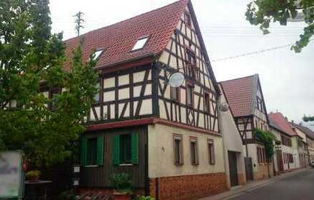 Restaurant mit Parkflächen und Nebengebäuden im Zentrum von Monsheim