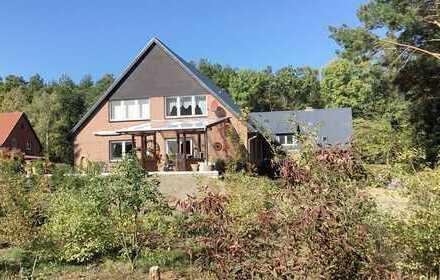 zwei Häuser auf großzügigem Grundstück in Waldrandlage