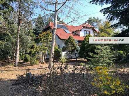 IMMOBERLIN: Paradiesisches Anwesen mit Einfamilienhaus & Bauernhof in Seenähe