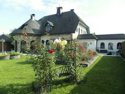Villa als Reiterhof mit Grünfläche, umfassende Ausstattung rund um Pferdehaltung und Reitsport