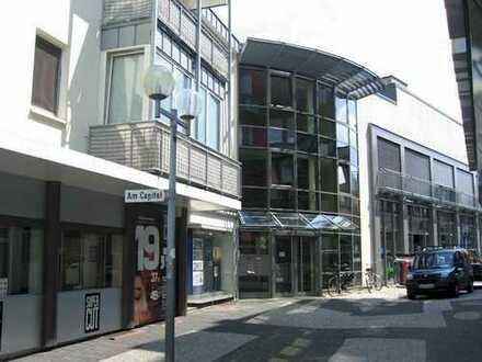 Moderne Laden-/Bürofläche in der Fußgängerzone mit großer Schaufensterfront