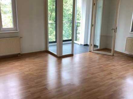 Lichtdurchflutete 3-Raum-Wohnung mit Wintergarten und Balkon sucht Nachmieter