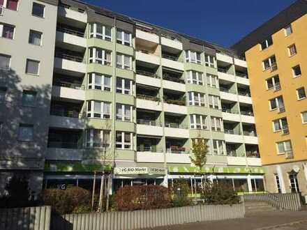 Hell und komfortabel - mit Parkettboden, Balkon und Einbauküche