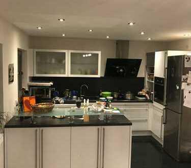 Stilvolle, modernisierte 5-Zimmer-Maisonette-Wohnung mit Balkon und EBK in Aidlingen