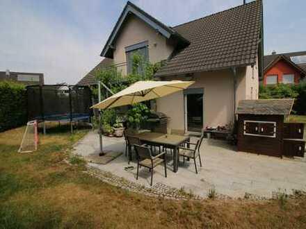 Reserviert - Freistehendes Einfamilienhaus mit Garten und Garage in beleibtem Wohngebiet