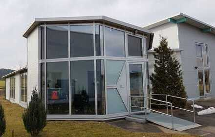 Büro mit Ausstellung und Produktionshalle