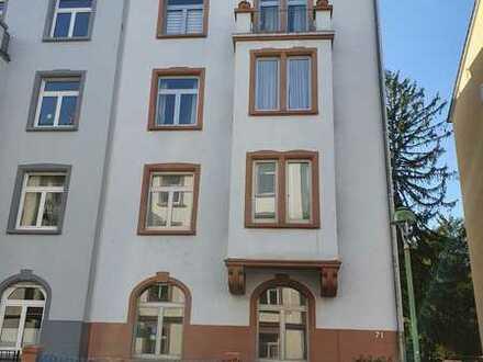Stilvolle, sanierte 3-Zimmer-Wohnung mit Balkon und EBK in Frankfurt am Main